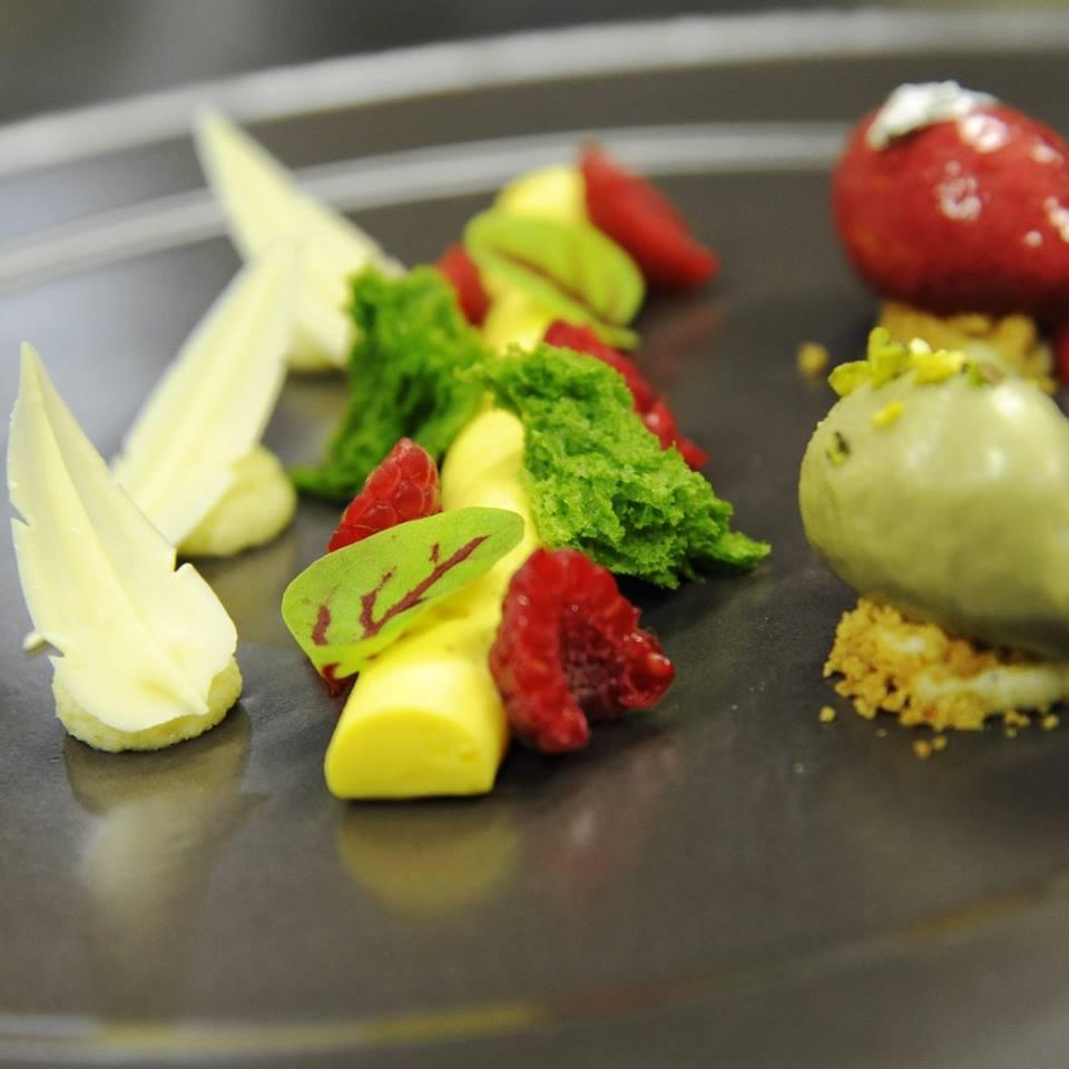 Mousse al cioccolato bianco, pistacchio e lampone